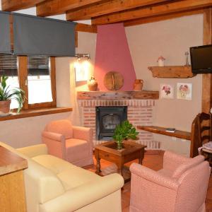 Hotel Pictures: Apartamentos Lobiche, Navafría
