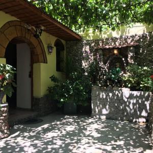 Hotel Pictures: Karafil Guesthouse, Gjirokastër