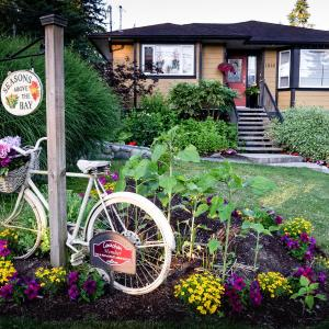 Hotel Pictures: Seasons Above the Bay Guest Suites and B&B, Cowichan Bay
