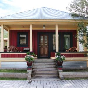 Hotel Pictures: Bombay Peggy's Guesthouse, Dawson City