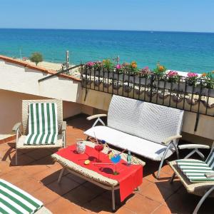 Hotel Pictures: Yolanda Seaview & Beach Apartment, Masnou