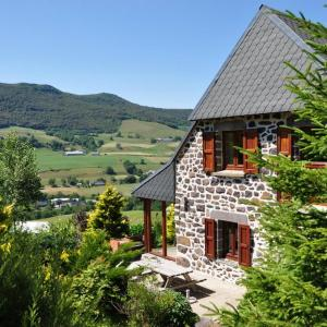 Hotel Pictures: Farmhouse with mountain view, Le Claux