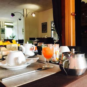 Hotel Pictures: Hotel Restaurant Les Planottes, Vic-sur-Cère