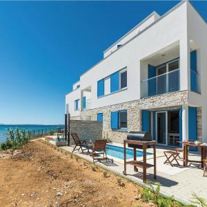 Foto Hotel: Holiday home Nin-Privlaka 35 with seaview, Privlaka