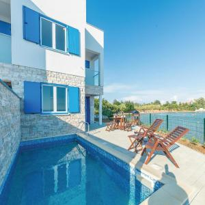 Hotel Pictures: Holiday home Nin-Privlaka 39 with seaview, Privlaka
