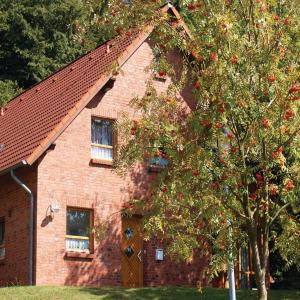 Hotel Pictures: Four-Bedroom Holiday Home in Nieheim, Nieheim