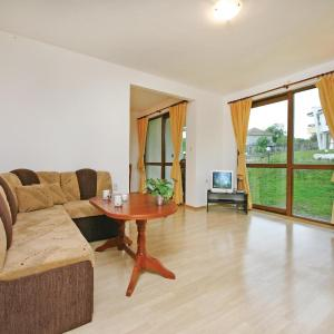 Hotel Pictures: Three-Bedroom Holiday Home in Pismenovo, Pismenovo