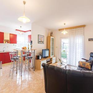 Foto Hotel: Two-Bedroom Apartment in Liznjan, Ližnjan