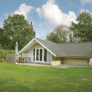 Hotel Pictures: Two-Bedroom Holiday Home in Give, Give