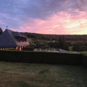 Hotel Pictures: Chambre d'hôte la Roseraie, Hermival-les-Vaux