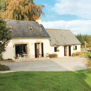 Hotel Pictures: Three-Bedroom Holiday Home in Tourc'h, Tourch