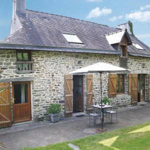 Hotel Pictures: Four-Bedroom Holiday home Peillac with a Fireplace 01, Peillac
