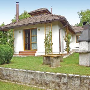 Hotel Pictures: Three-Bedroom Holiday Home in Velke Popovice, Velké Popovice