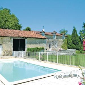 Hotel Pictures: Holiday home Chez Lavis J-776, Bors-de-Montmoreau