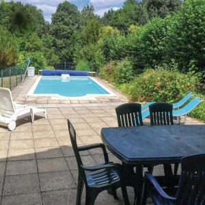 Hotel Pictures: Four-Bedroom Holiday Home in Puihardy, Puyhardy