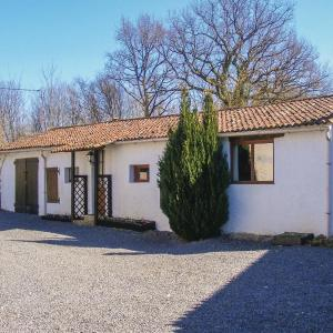 Hotel Pictures: Three-Bedroom Holiday Home in Le Vigeant, Le Vigeant
