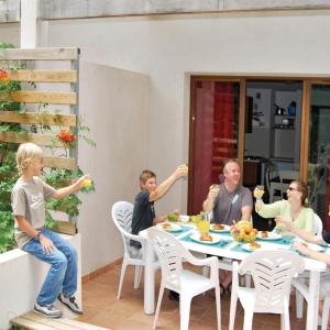 Hotel Pictures: Apartment Avenue Jean Tassy II, Barjac