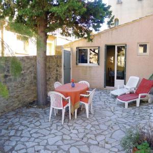 Hotel Pictures: Holiday Home Rue De La Monnaie, Saint-Quentin-la-Poterie
