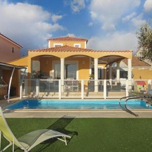 Hotel Pictures: Three-Bedroom Holiday Home in Valros, Valros