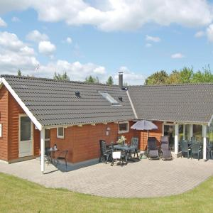 Hotel Pictures: Holiday home Bogo By 34 with Hot tub, Bogø By