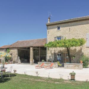 Hotel Pictures: Three-Bedroom Holiday Home in Pernes les Fontaines, Pernes-les-Fontaines