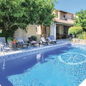 Hotel Pictures: Three-Bedroom Holiday Home in L'Isle Sur La Sorgue, Lagnes