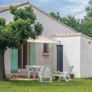 Hotel Pictures: Four-Bedroom Holiday Home in Avignon/Montfavet, Montfavet