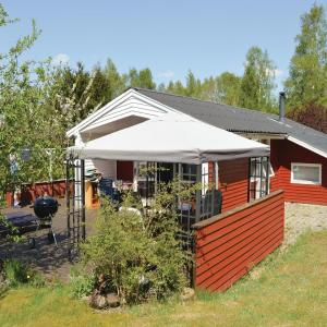 Hotel Pictures: Three-Bedroom Holiday Home in Farvang, Fårvang