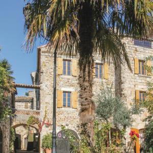 Hotel Pictures: Five-Bedroom Holiday Home in Vinezac, Vinezac