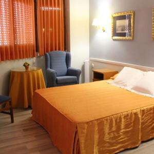 Hotel Pictures: Hostal Montserrat, Tona