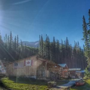 Hotel Pictures: Red Goat Lodge, Iskut