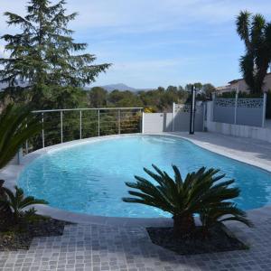 Hotel Pictures: Belle maison avec piscine dans les hauteurs, Valescure
