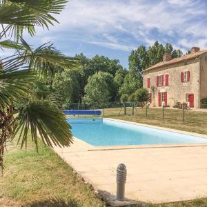 Hotel Pictures: Three-Bedroom Holiday Home in St. Maixent de Beugne, Saint-Maixent-de-Beugné