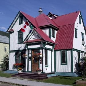 Hotel Pictures: Bombay Peggy's Victorian Inn & Pub, Dawson City