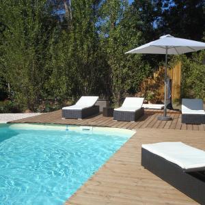 Hotel Pictures: Patio bleu chambre d'hotes, La Crau