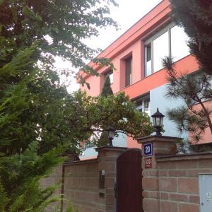 Hotel Pictures: Apartment Suchdol, Prague