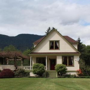 Hotel Pictures: Salmon River Guesthouse, Sayward