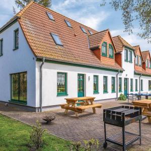 Hotel Pictures: Ten-Bedroom Holiday Home in Ummanz, Ummanz