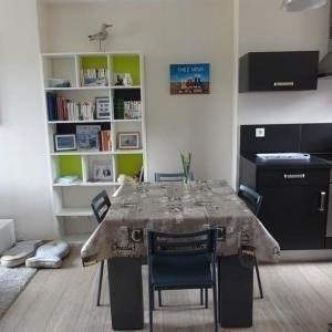 Hotel Pictures: Apartment Appartement centre ville de type f2 situe au 3 etage, Granville