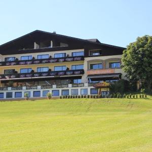 Foto Hotel: Hotel Blumenhof, Sankt Georgen im Attergau