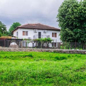 Hotel Pictures: Guest House 'Stеvrek By the River', Stevrek