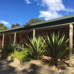 Hotel Pictures: Mallacoota Log cabins, Mallacoota