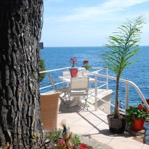 Hotel Pictures: Villa et Bateau pieds dans l eau, Carqueiranne