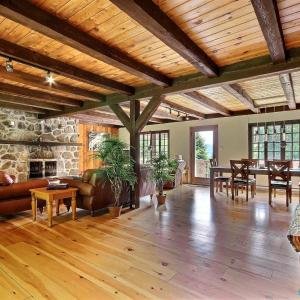 Hotel Pictures: Spacious Rustic Country House, Morin Heights
