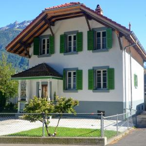 Hotel Pictures: Jungfrau Family Holiday Home, Matten