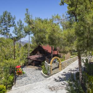 Hotel Pictures: Ricky Chalet Near Troodos, Spilia