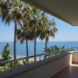 Hotel Pictures: Front line beach luxury apartment in Heaven Beach, Estepona