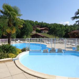 Hotel Pictures: Chalets Village du Soleil, Mauroux