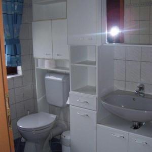 Hotelbilleder: Grosszuegige-gemuetliche-Ferienwohnung-75-qm-im-Landhausstil-mit-Panoramablick-im-Feriendorf-Am-Hohen-Bogen-Haus-69-OG, Arrach