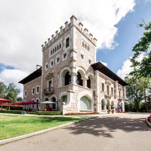 Hotel Pictures: Castillo Del Bosque La Zoreda, Manjoya